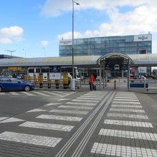 左が市バス乗り場、右がエアポートバス乗り場