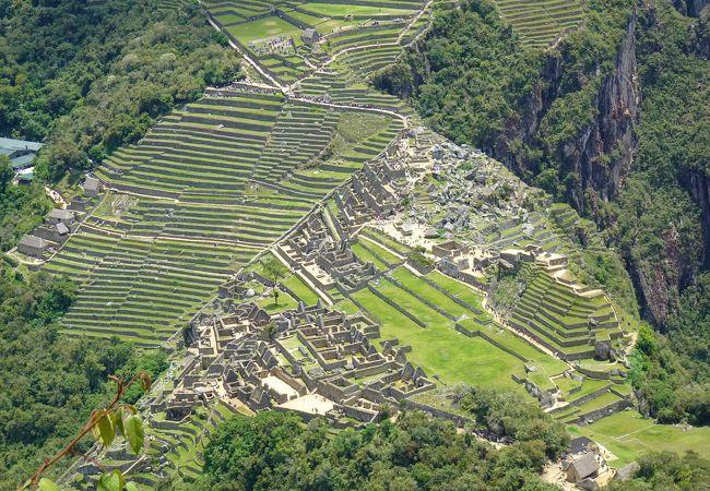 山頂からマチュピチュ遺跡を見下ろす