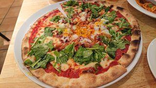 本格的な釜焼きピザと濃厚なクリームスパゲッティーが美味しい。メニューはどれも美味しそう。