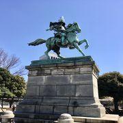皇居外苑にある銅像