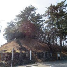 7世紀中ごろに造られた古墳の頂上に江戸時代の墓があるユニークな古墳