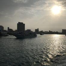 出航する高速船から振り返った市街地とホテル