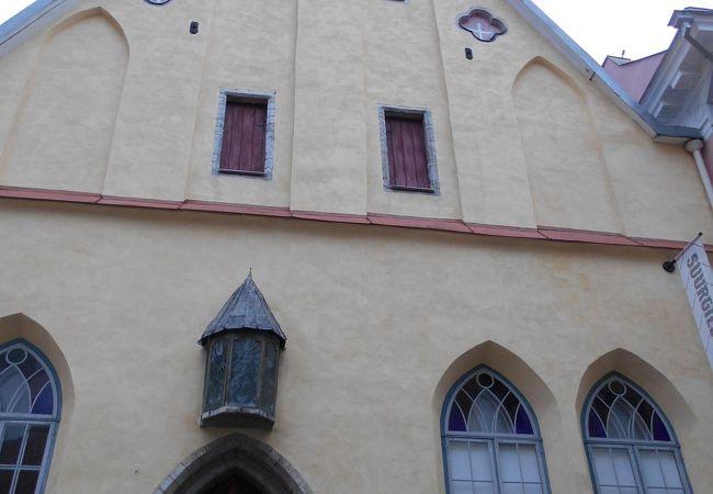 淡いイエローの三角屋根の建物です