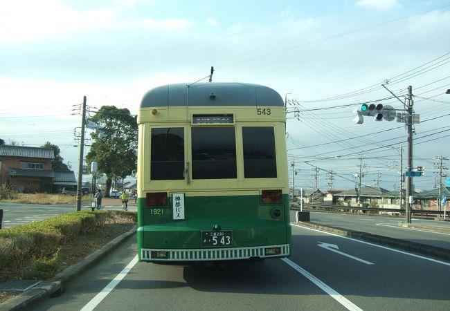 普通の路線バスに交じって走っています