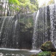 滝の裏でマイナスイオン浴びまくり