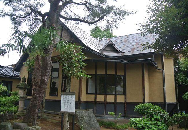 温泉地に建つ西洋建築の別荘。