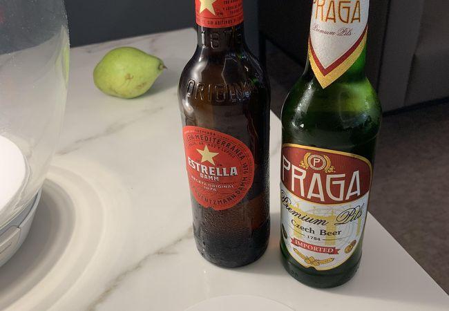 タパスとともに酒を楽しむ