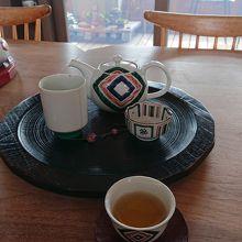 九谷焼の茶器でお茶を飲み、九谷焼のインテリアに囲まれた空間を堪能。癒されます。(*´∀`)