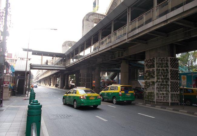 町の中心を東西に通る大通りです。