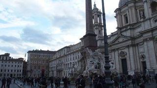 3つの噴水がある美しい広場