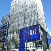 ひと目でGAPの店舗とわかるビルディング