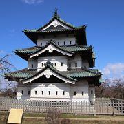 江戸時代後期建築の天守は現在石垣修復工事中のため石垣のない本丸に曳家されています。