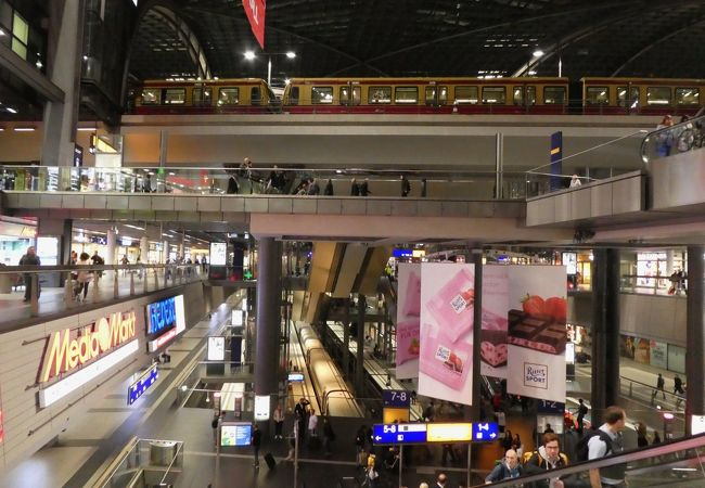 地下から高架まで見通せる巨大な駅