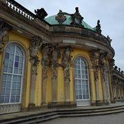 宮殿前に 広大な庭園が広がっています