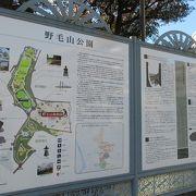 園内には戦前に設置されたラジオ塔や佐久間象山顕彰碑などもあります。