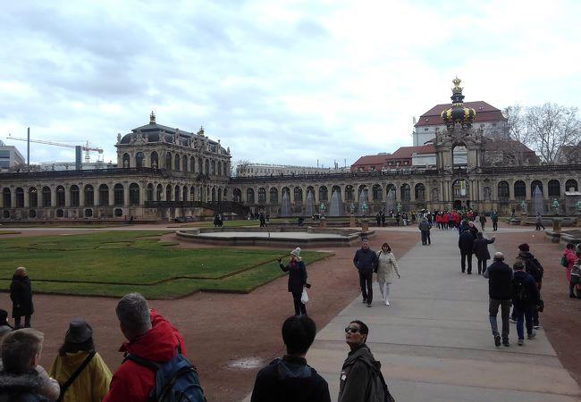 広い中庭を持つ バロック様式の宮殿