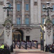 ベスト・ポジションはヴィクトリア女王碑の広場の正門前