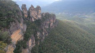 シドニーから気軽に行ける国立公園。スリー・シスターズの奇岩が有名です。