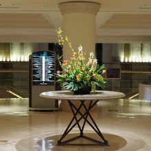 館内に入ると美しい花、さすがの高級ホテルです