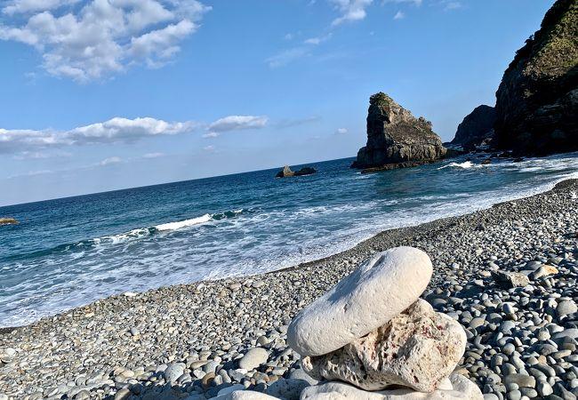 まん丸い玉石と波が奏でる不思議な浜辺