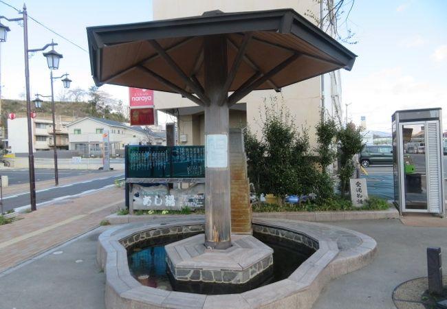 湯本駅前の足湯がある小さな広場