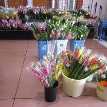 店内の生花コーナーには季節の花々がいっぱい