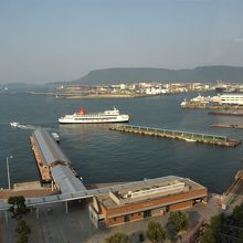 高松港と屋島を遠望