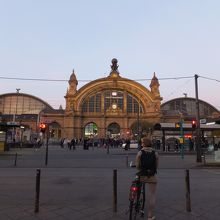 早朝の駅舎全景