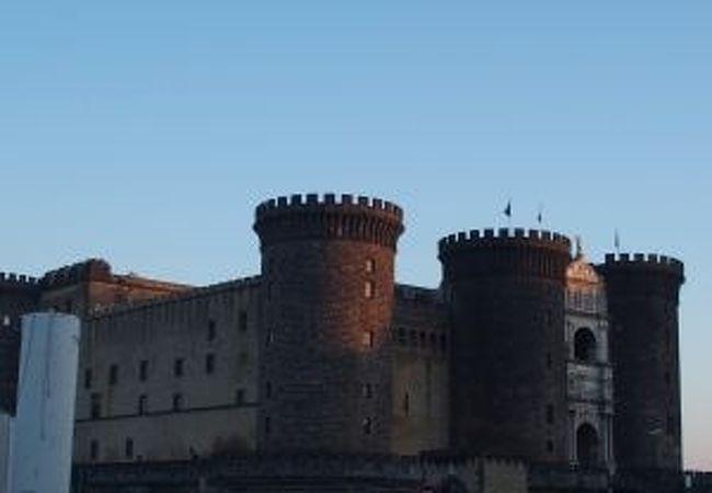 円筒状の塔が並ぶ外観