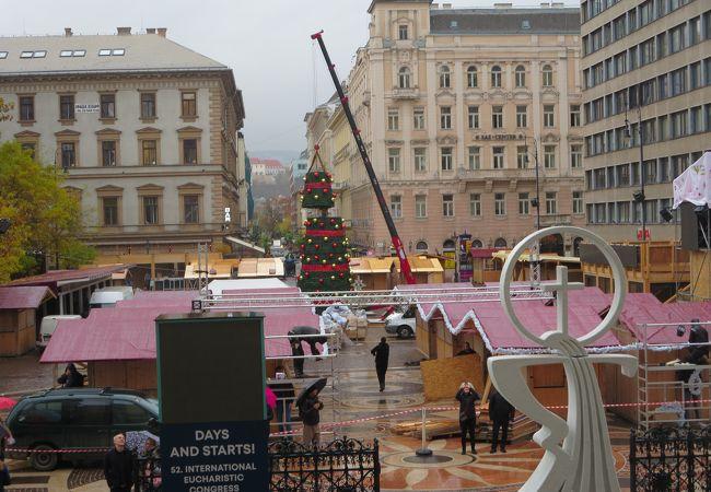 大聖堂前の広場でクリスマスマーケットが行われます