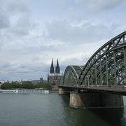 観光客が行きかうライン川の橋