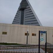 三角型の目立つ建築
