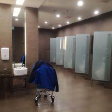 トイレの数多く、広くきれい。