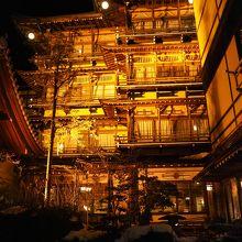 夜、ライトアップされた金具屋