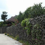 赤瓦や石垣の情緒ある町並み