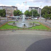 町のシンボルのような給水塔がある広場