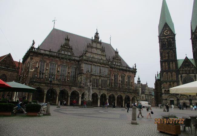 歴史を感じさせる市庁舎と自由の権利の象徴ローラント像