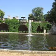 いくつもの宮殿が点在する広大な公園
