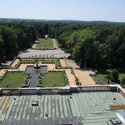 屋上から緑の庭園を見下ろせる館