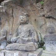 各石仏は、風雨を避けるため屋根がかけられていて、夕方でも見学できるよう照明がついていました。