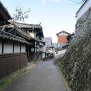 石畳みの道が続き、寺町の風情が色濃く残っています。