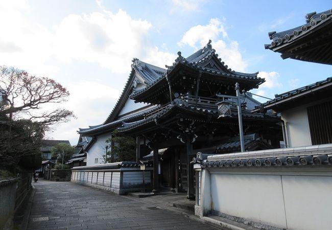 歴史を感じさせる建築が建っており、【二王座歴史の道】の中でも非常に見ごたえがあるお寺でした。