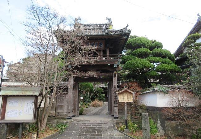 楼門の屋根には小さいながらも鯱が載っていて、どことなく可愛らしく感じられました。