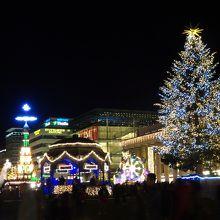 Königsbau前の巨大なクリスマスツリー