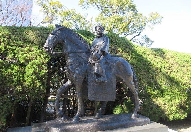 若い少年が西洋の装束を身にまとい、颯爽と馬にまたがった姿をしていました。