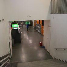 地下にコインロッカー、トイレなどがあります