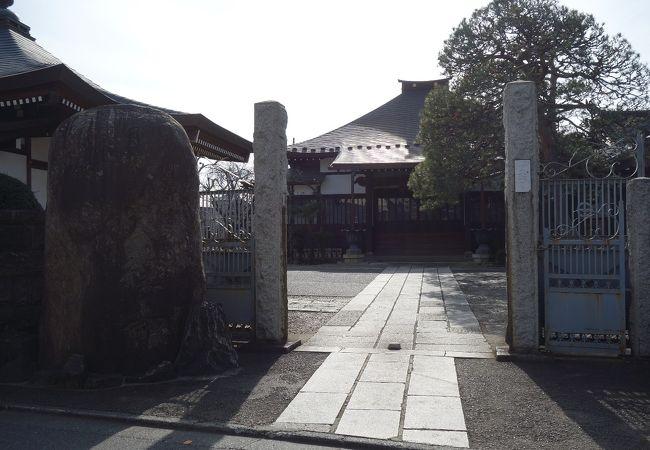 都会の住宅街に位置する静かなお寺