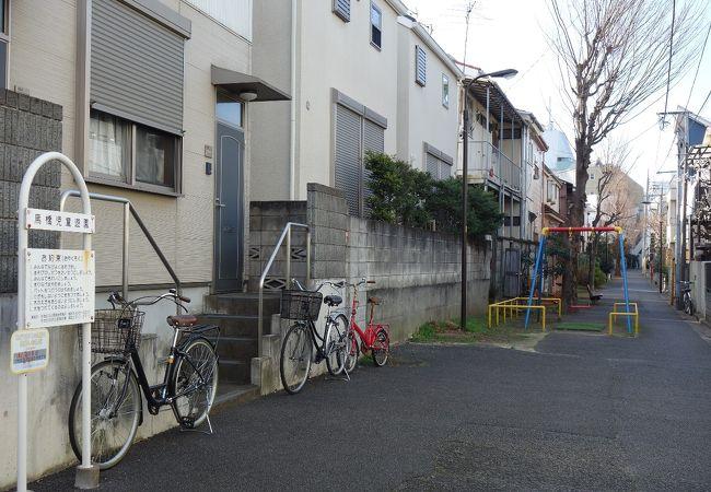 住宅地の通路が子供の遊び場として利用されています
