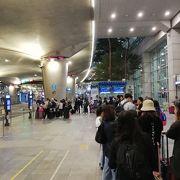 深夜に満員で乗り切れなかった空港バス