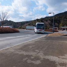 高速バス乗り場でもあります。神戸行きが来ました。